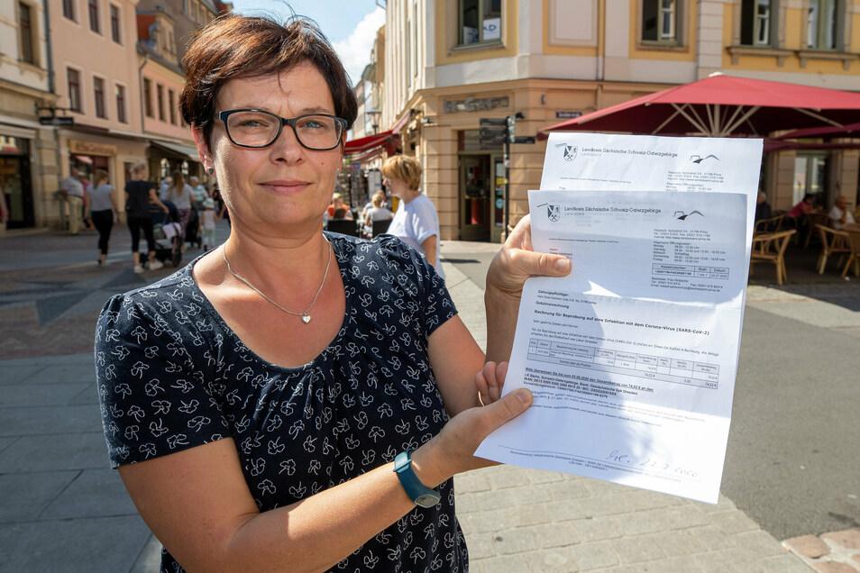 Betreuerin Mandy Hartmann mit dem Bescheid des Landratsamtes. 74,02 Euro kostete der Corona-Test pro Person.