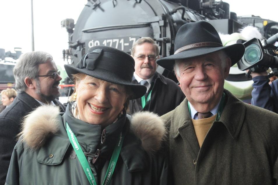 Privat ein großer Eisenbahnfan: Kurt Biedenkopf und seine Frau Ingrid bei der Wiedereröffnung der Weißeritztalbahn.