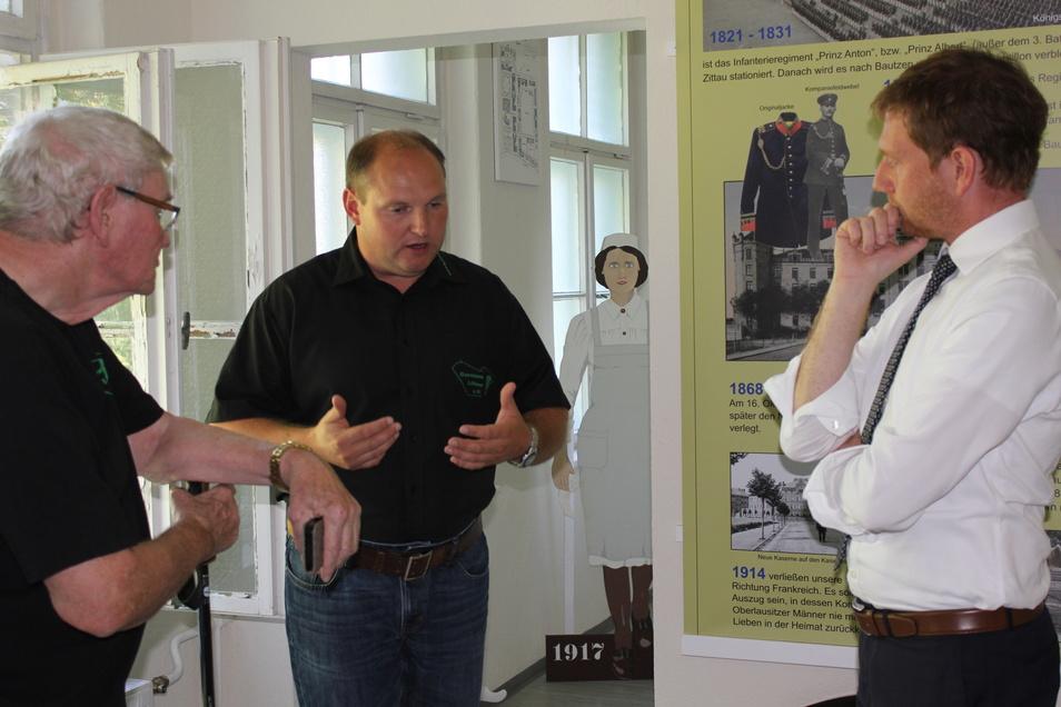 Garnisonverein-Vorsitzender Danilo Baumgarten (Mitte) führte Ministerpräsident Michael Kretschmer (r.) durch das Vereinsmuseum.