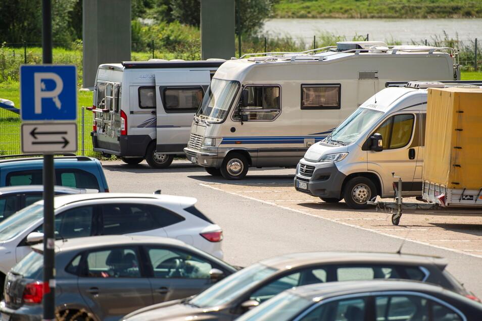 So ist es in Ordnung – der Parkplatz Festwiese darf auch für Caravans genutzt werden. Zum Übernachten allerdings nur für eine Nacht. Nicht jeder hält sich daran.