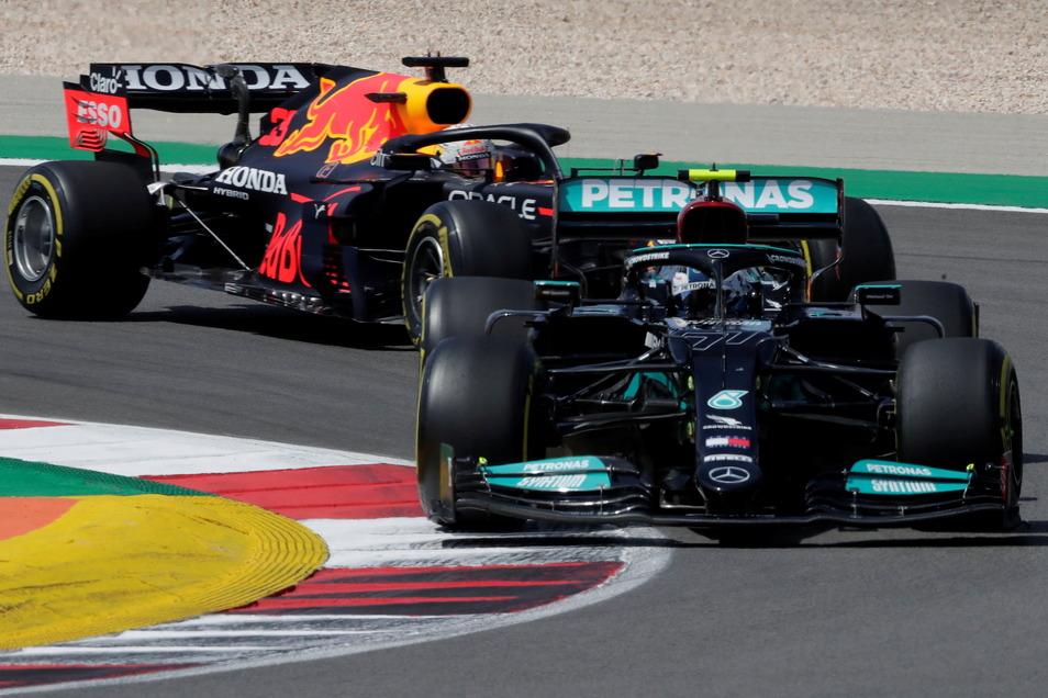 Valtteri Bottas aus Finnland wird beim GP von Portugal von Max Verstappen aus den Niederlanden verfolgt. Gewonnen hat aber einmal mehr Louis Hamilton.