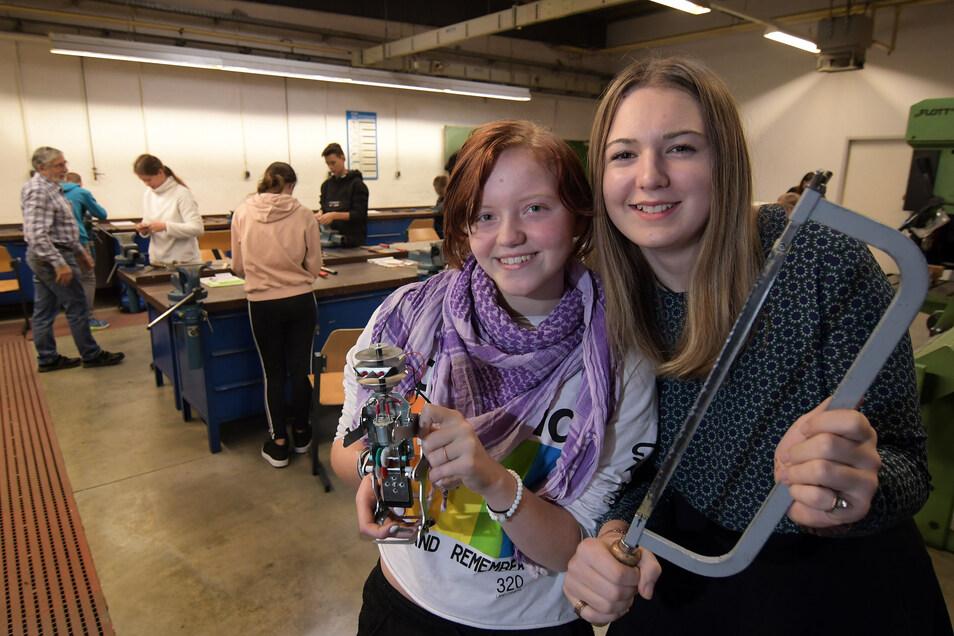 Vivien Kirsten (li.) und Lilli Kluge gehören zu den Achtklässlern aus Hartha, die im Fachzentrum Metall und Technik in Roßwein gerade ihre Werkstatttage absolvieren.