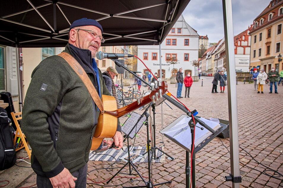 Am 8. Mai ist er wieder mit Musikerfreunden und Rednern auf dem Pirnaer Markt: Peter Lippert.