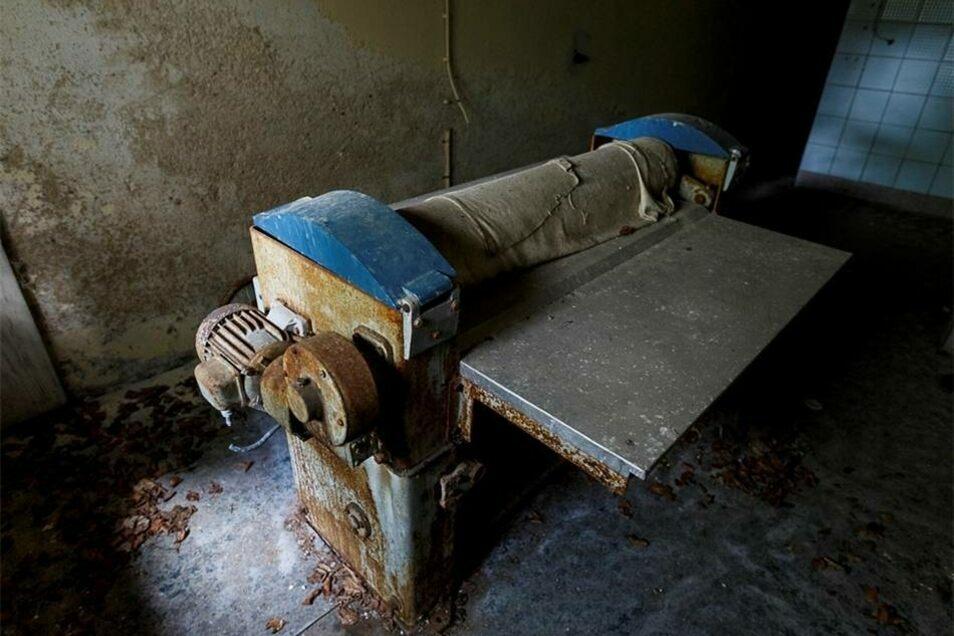Im Keller ist diese alte Wäschemangel zu finden...