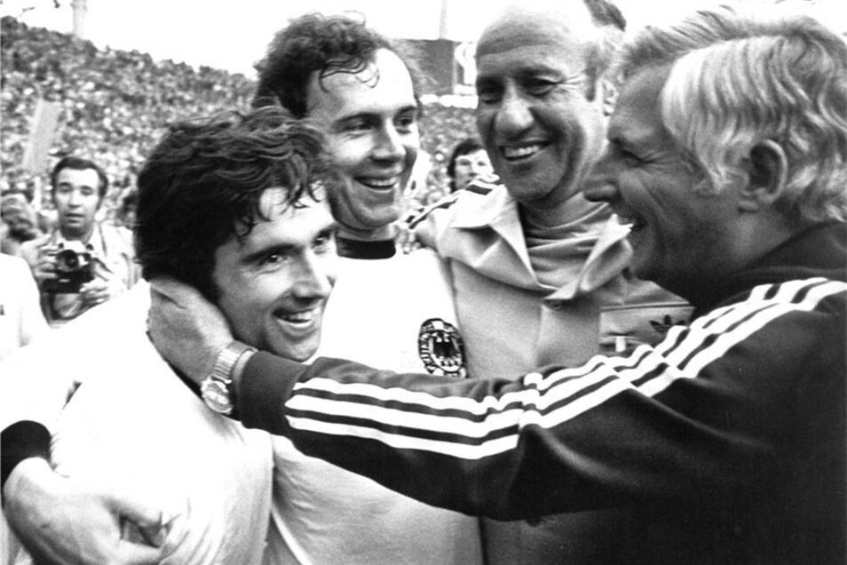 Helmut Schön (2.v.r), sein Assistent Jupp Derwall (r), Siegtorschütze Gerd Müller (l) und Kapitän Franz Beckenbauer (2.v.l) bejubeln den Triumph.