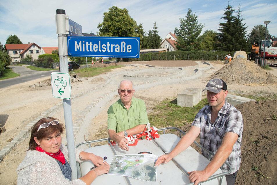 Heidrun Hennersdorf, Werner Müller und Andreas Otto (von links) stehen an der Baustelle Rosengarten in See. Neben den namensgebenden Rosensträuchern sollen auch zwei Bäume gepflanzt werden und der Sitzecke Schatten spenden.