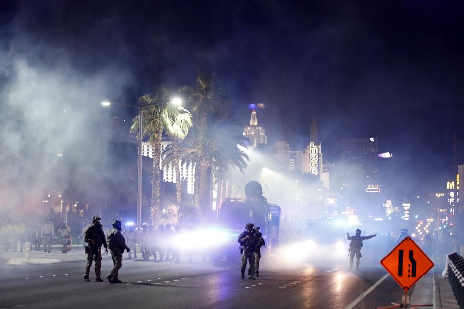 Die Polizei von Las Vegas versucht, eine Demonstration auf dem Las Vegas Strip mit Tränengas zu zertreuen.
