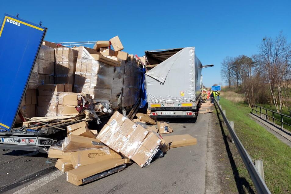 Gegen 8.30 Uhr sind bei Leppersdorf drei Sattelzüge zusammengestoßen. Ein Fahrer wurde schwer verletzt.