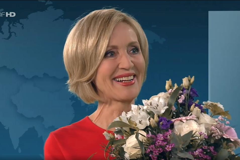 Die Journalistin Petra Gerster bekam bei ihrer letzten Sendung im ZDF einen Blumenstrauß überreicht.