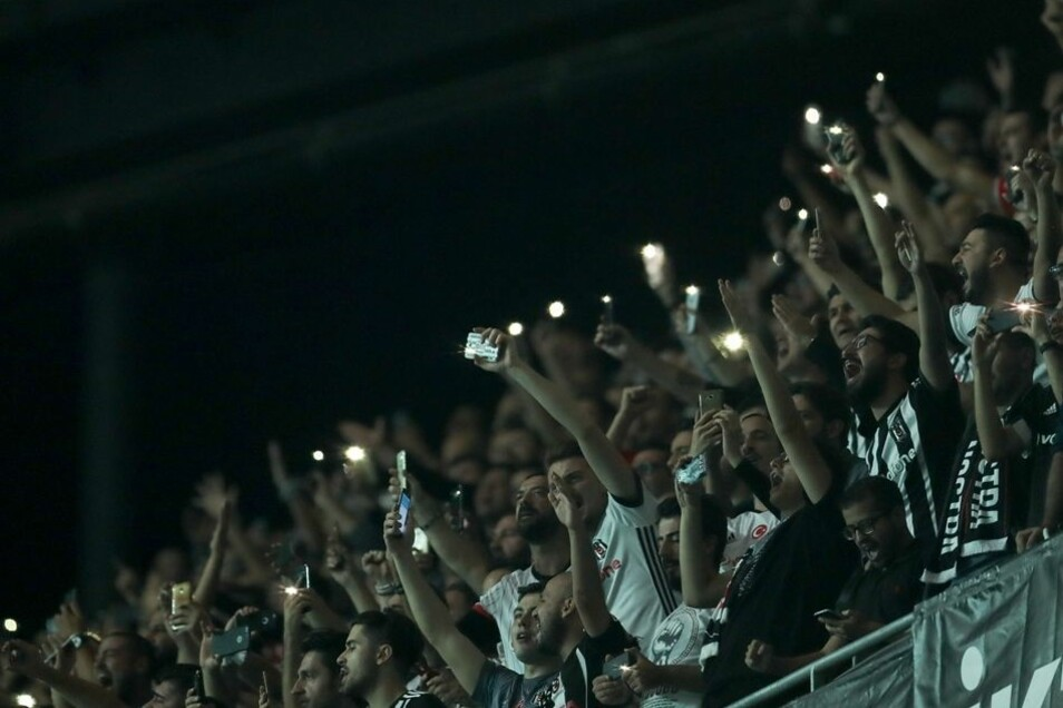 Nach dem Ausfall einer Hälfte der Stadionbeleuchtung halten die Zuschauer ihre Handys mit eingeschalteter Taschenlampe hoch.