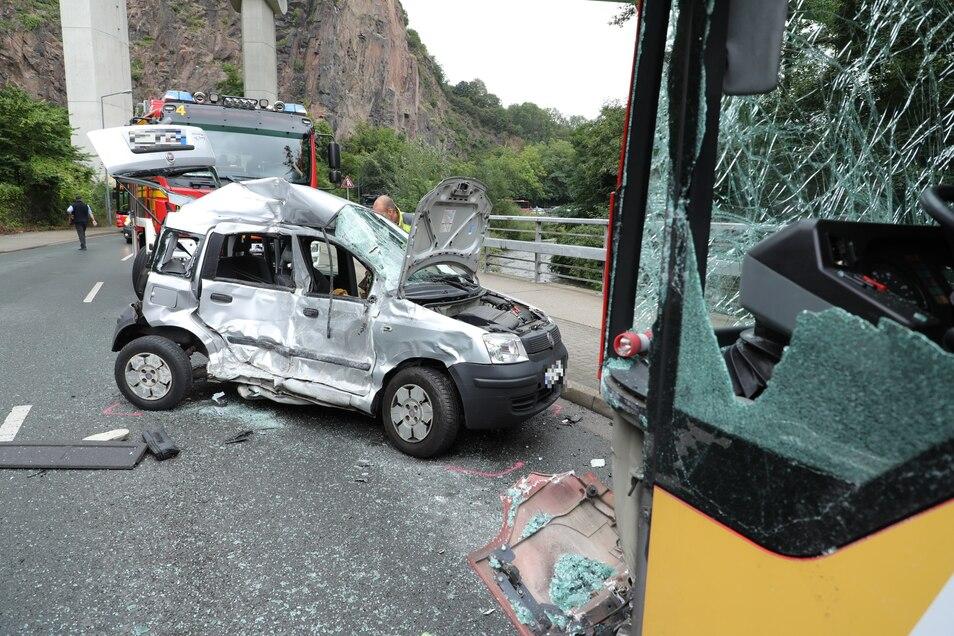 Schwer beschädigt: Vom Fiat blieb nach dem Aufprall nicht mehr viel übrig.