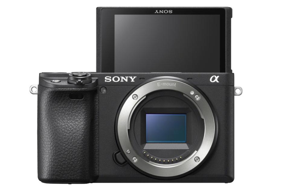 Spiegellos, schwarz und schnell: die Sony Alpha 6400