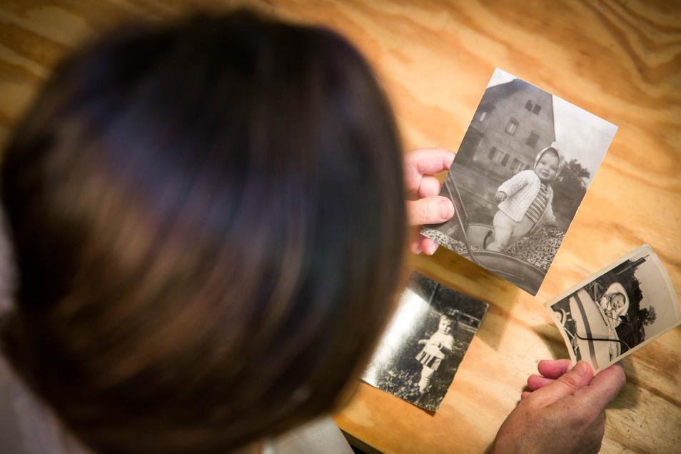 Fotos aus ihren Kindertagen: Rita ist darauf anderthalb, zwei Jahre alt. Die Bilder entstanden an Wochenenden, wenn sie bei ihren Eltern zu Hause war.