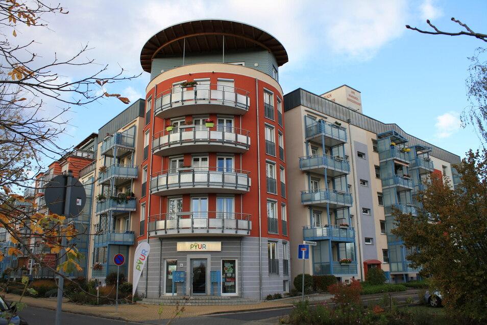 Städtebauliches Aushängeschild des Wohngebietes ist das Mehrgenerationenhaus Am Mittelfeld. Hier wurden an einem DDR-Plattenbau Aufgänge und Etagen zurück gebaut sowie Ecktürme und Penthousewohnungen errichtet. Das 2009 fertiggestellte Haus bietet 75