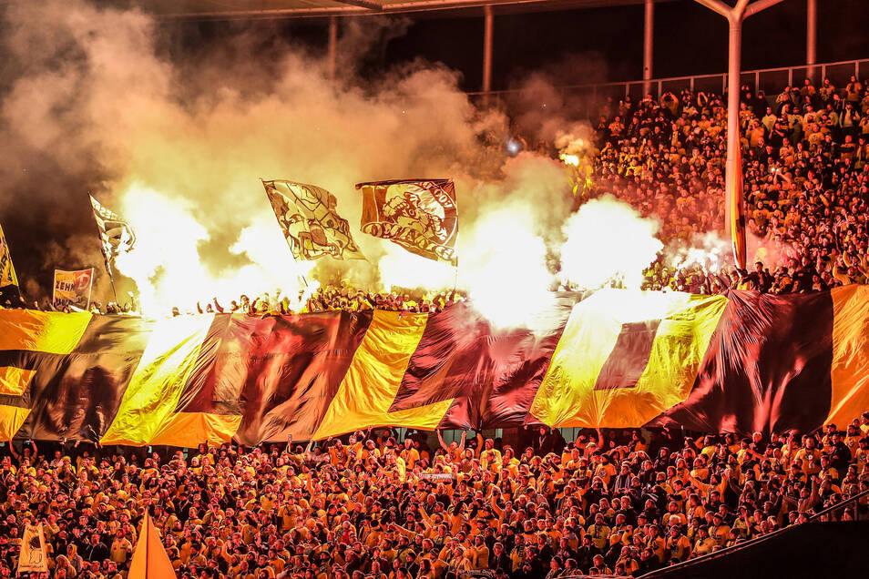 Wenige Sekunden nach Anpfiff, brennen die ersten Bengalos im Dynamo-Block.
