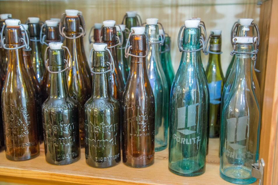 Das Besondere an Joachim Mischoks Flaschen: Ihr Glas verfügt über eine geprägte Schrift. Die lässt erkennen, wer den Inhalt hergestellt hat.