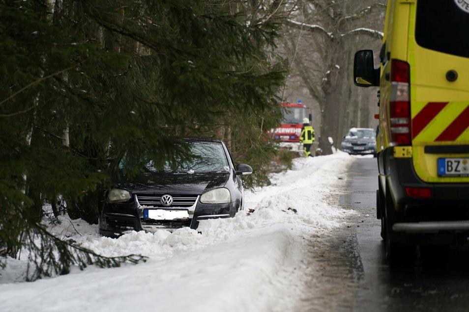 Der 62-jährige Fahrer eines VW kam aus bisher ungeklärter Ursache in Doberschau-Gaußig von der Straße ab.