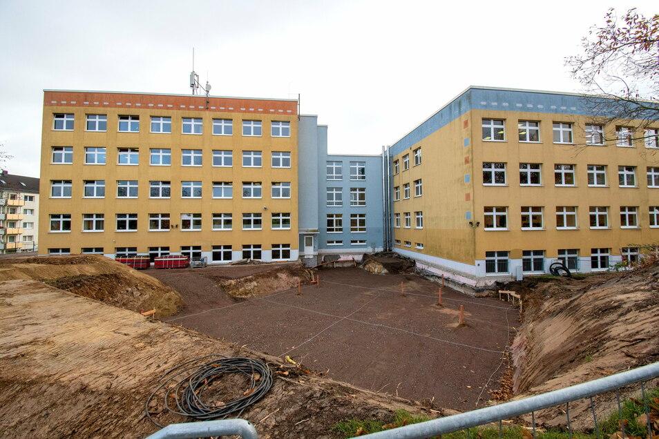 Nach Abschluss der Vorarbeiten sind die Lage und Größe des künftigen Anbaus erkennbar.