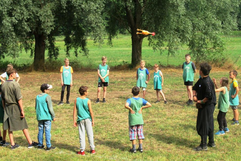 Da fliegt beim Gummihuhngolf ein Gummiadler! Auf dem Skassaer Gelände gibt es wieder fröhliche Ritterlager-Ferien.
