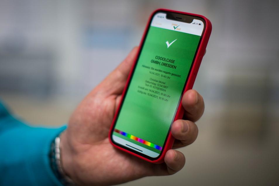 Die von einem Dresdner Unternehmen entwickelte App Pass4all bildet Testergebnisse fälschungssicher ab. Dafür sorgt der farbige Streifen im unteren Feld.