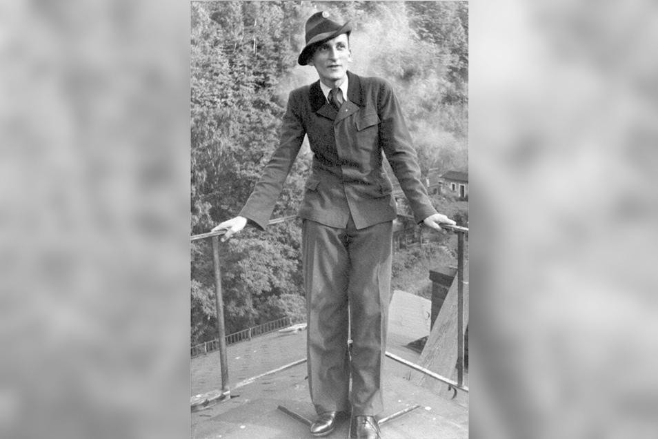 Wilhelm Knabe 1950 als frischgebackener Diplom-Forstwirt auf dem Dach des Altbaus.