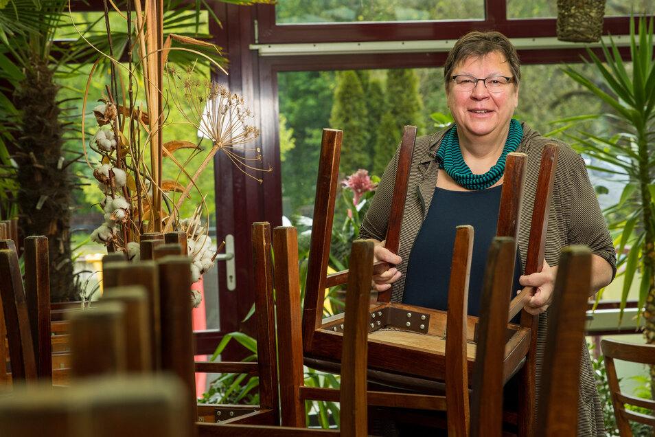 Barbara Motz vom Hotel und Restaurant Brückenschänke in Sebnitz rückt die Stühle auf Abstand.