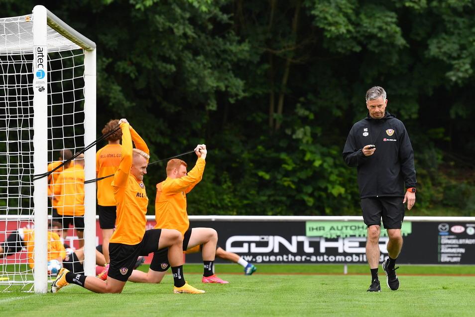 Athletiktrainer Matthias Grahe überwacht die Dehnungs- und Stabilitätsübungen. Diese konnte Luka Stor (vorn) noch mitmachen. Im Training am Nachmittag fehlte er.