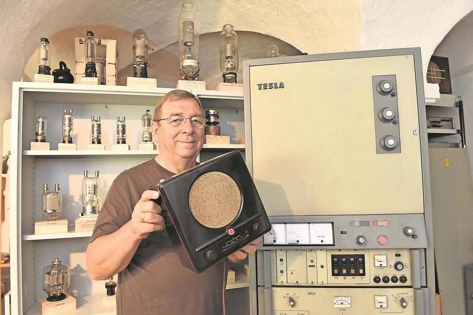 Jürgen Juhrig mit einem historischen Radioempfänger von 1938 der Firma Blaupunkt daneben ein Mittelwellensender der tschechischen Firma Tesla von 1978.