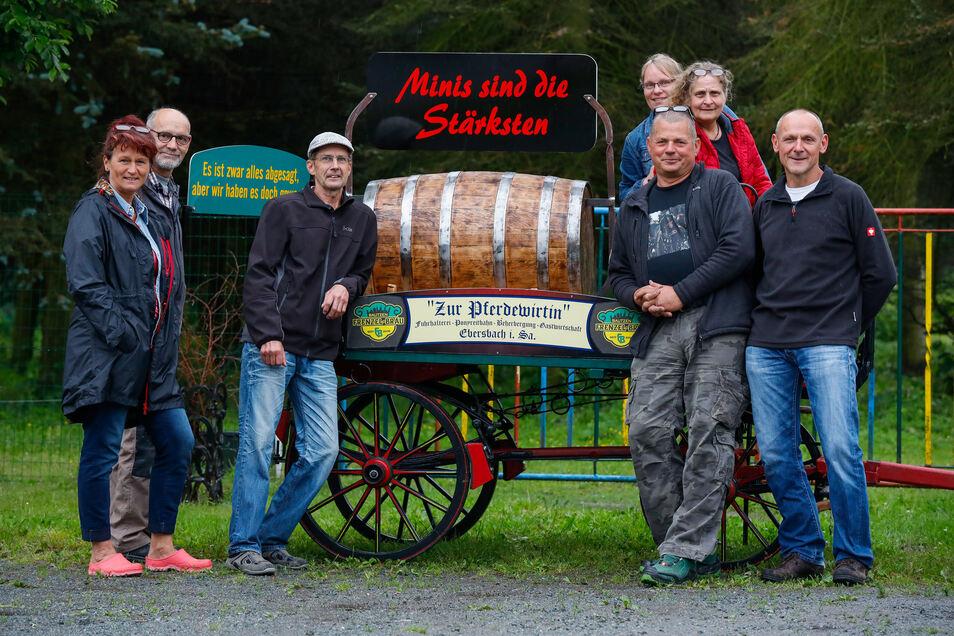 """Winfried Matutat (2. von rechts) bringt mit weiteren Mitstreitern einen Mini-Bierzug auf die Straße. Der """"große"""" ist wegen Corona abgesagt."""
