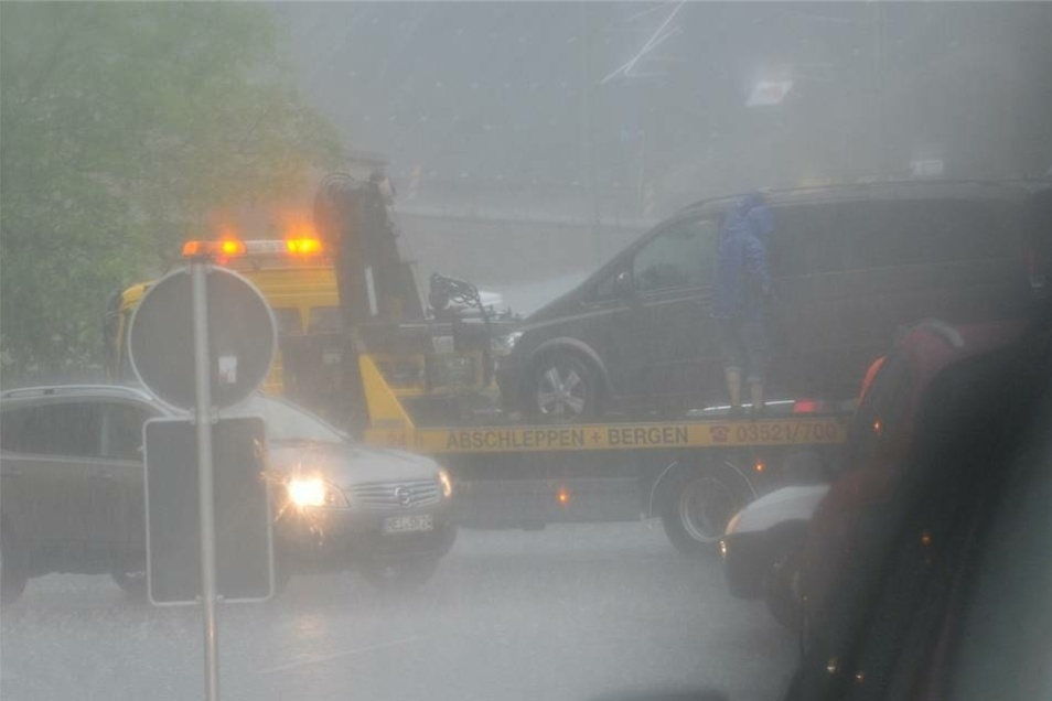 Steckengebliebene Autos müssen vom ADAC gerettet werden.