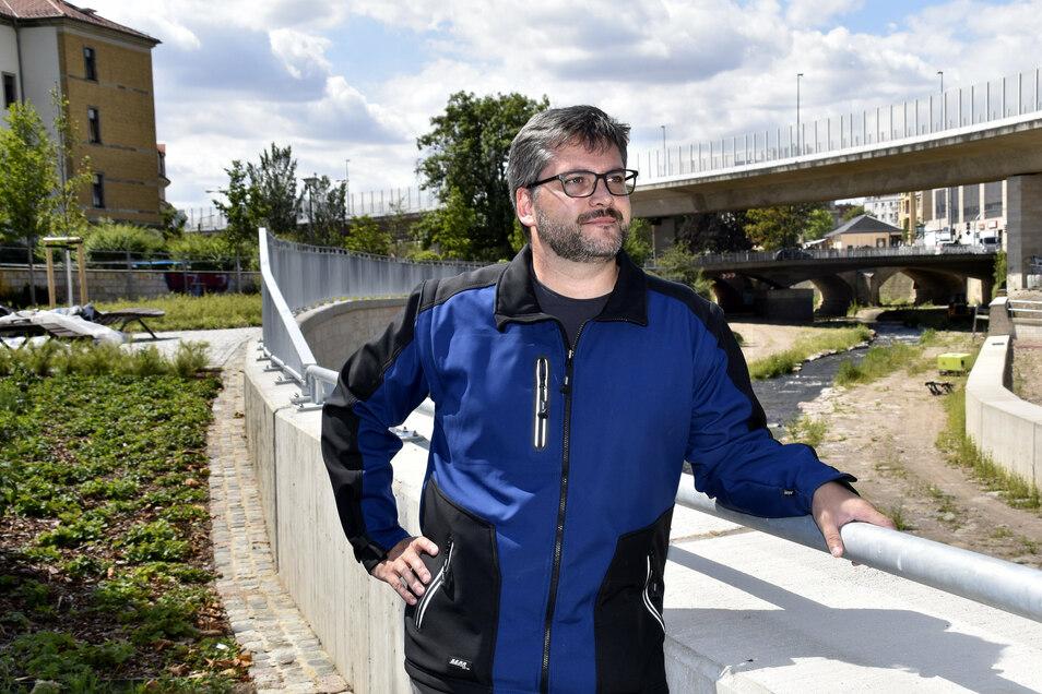 Projektleiter Christoph Rauch ist zufrieden, dass der Ausbau des Weißeritzknicks schneller als geplant abgeschlossen werden kann.