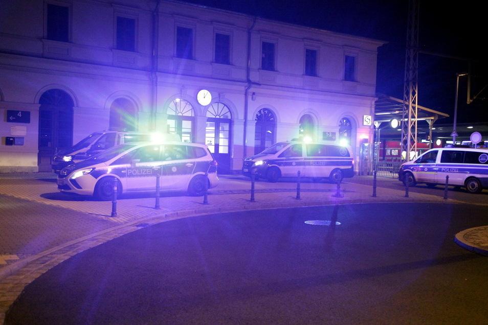 Die Polizeikräfte fahren am Bahnhof Pirna vor.