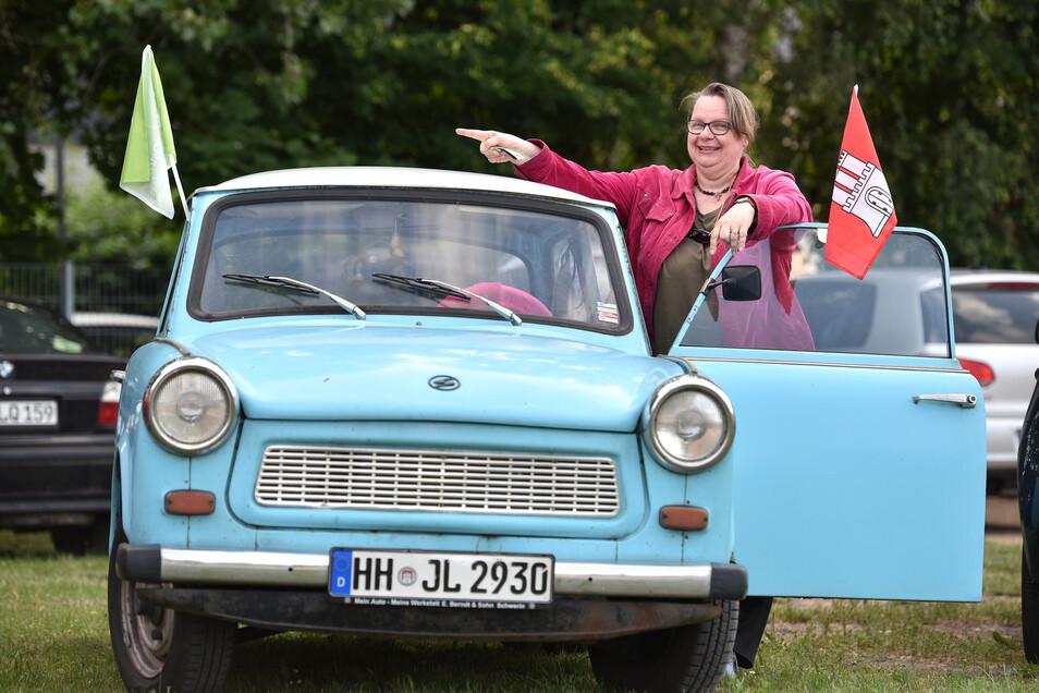 Barbara Mößle scheute den langen Wag aus Hamburg nicht und tuckerte mit 26 PS in ihrem Trabbi nach Ostritz. Dort untestützt sie das Friedensnfest.