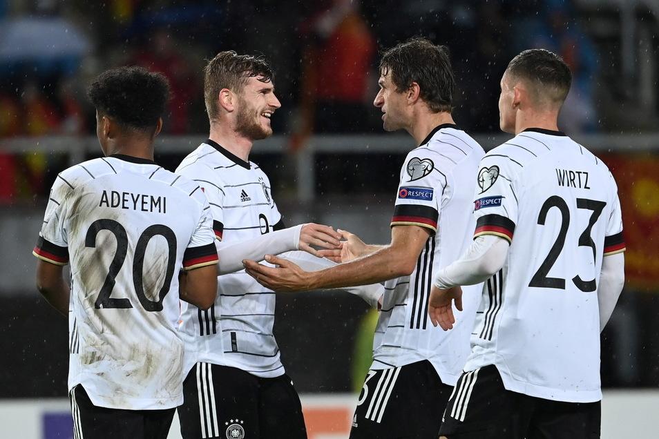 Thomas Müller ist der erste Gratulant: Dem zweifachen Torschützen Timo Werner ist schon nach seinem ersten Treffer die Erleichterung anzusehen.