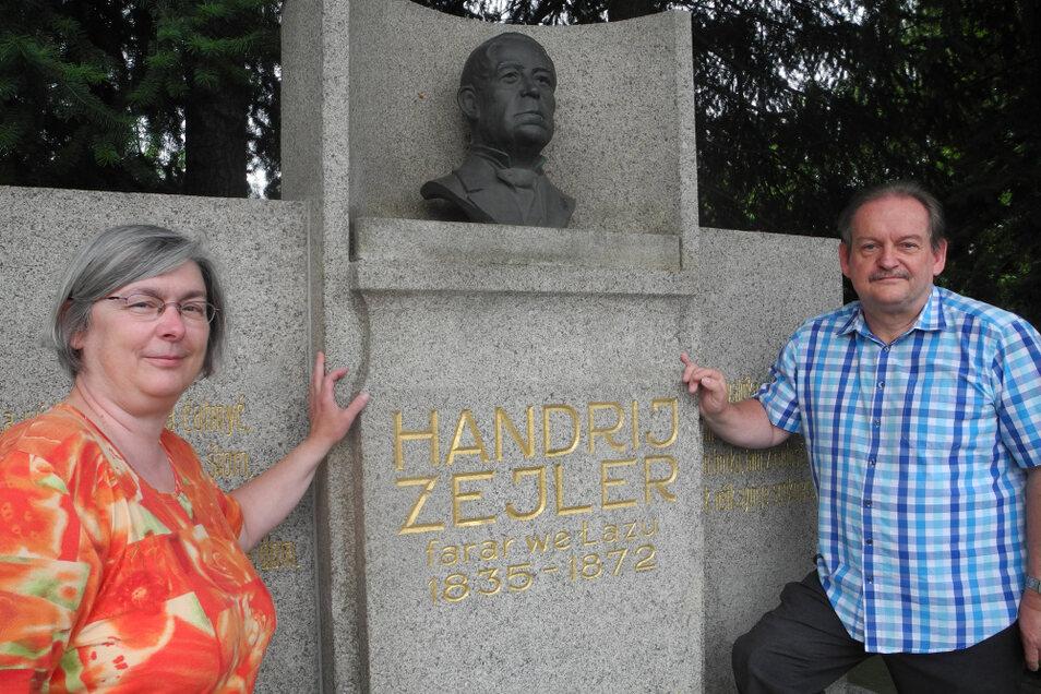 Zu den Stützen des Lohsaer Fördervereins Begegnungsstätte Zejler-Smoler-Haus gehören Gabriele Trentzsch aus Knappenrode und Andreas Löpke aus Hoyerswerda (hier am Handrij-Zejler-Denkmal).