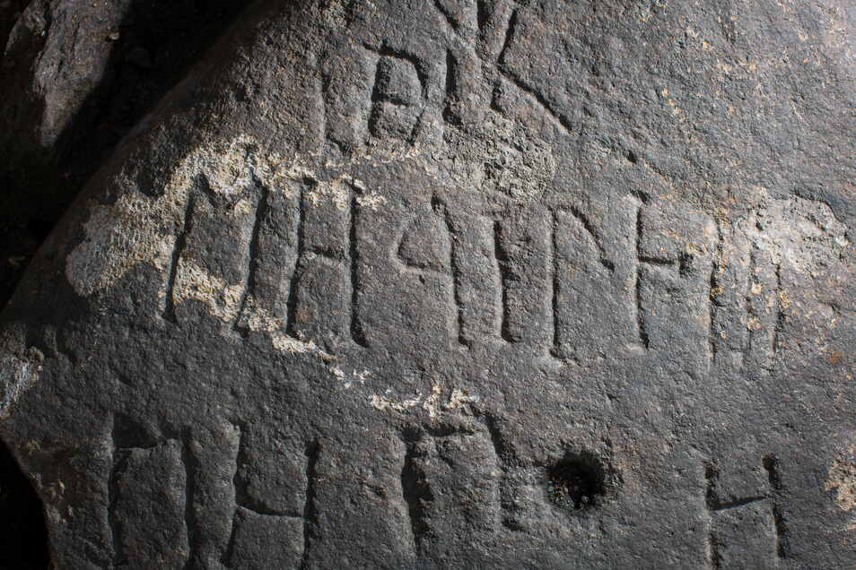 Diese Inschriften sind auf einem Findling, der im Zwingerhof freigelegt wurde. Allerdings muss der Inhalt noch entschlüsselt werden.
