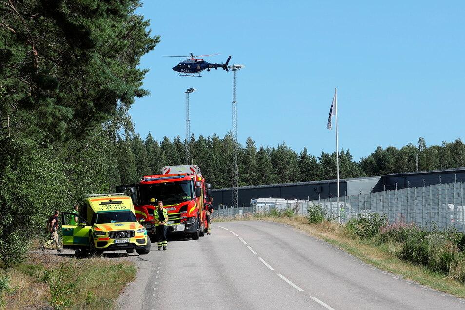 Polizei, Feuerwehr und Rettungsdienst sind im Einsatz. Zwei Insassen einer geschlossenen Haftanstalt in Schweden hatten zwei Wärter als Geiseln genommen.