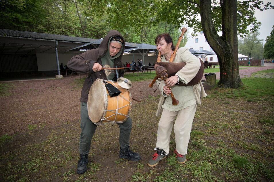 """Das """"Duo Vadum"""" spielt Mittelaltermusik am Schloss Podelwitz."""