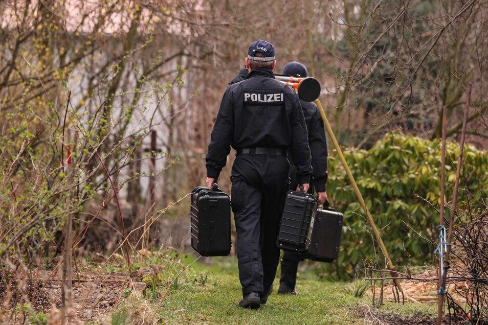 Kriminalbeamte sind am Donnerstag vor Ort.
