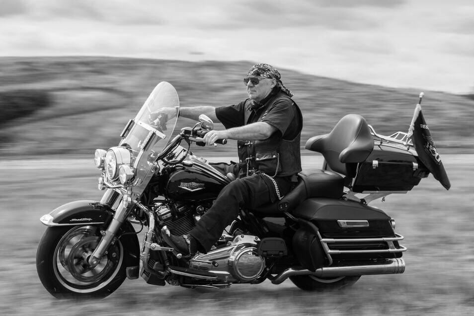"""""""Das geilste Moped der Welt"""": Klaus-Dieter Lindeck beim Pressetermin für die Dresden Harley Days 2019 – nur fürs Foto ohne Helm. Hier auf einer schwarzen Harley Road King, die er sich nach seiner geliebten Softail zugelegt hatte."""