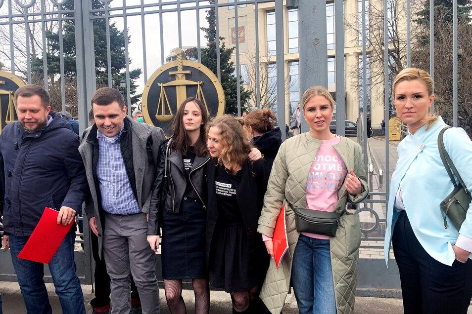 Mitglieder des Teams von Nawalny stehen vor dem Stadtgericht von Moskau. Das Team fordert, dass unabhängige Mediziner Nanwalny untersuchen können - bislang ohne Erfolg.
