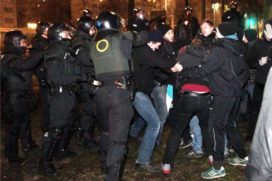 Demonstranten und Polizisten liefern sich ein Gerangel während eines Protests gegen Legida.