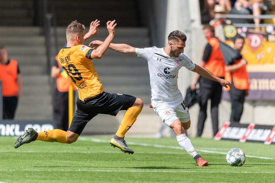 Dynamos Kevin Ehlers (l) gegen St. Paulis Dimitrios Diamantakos.