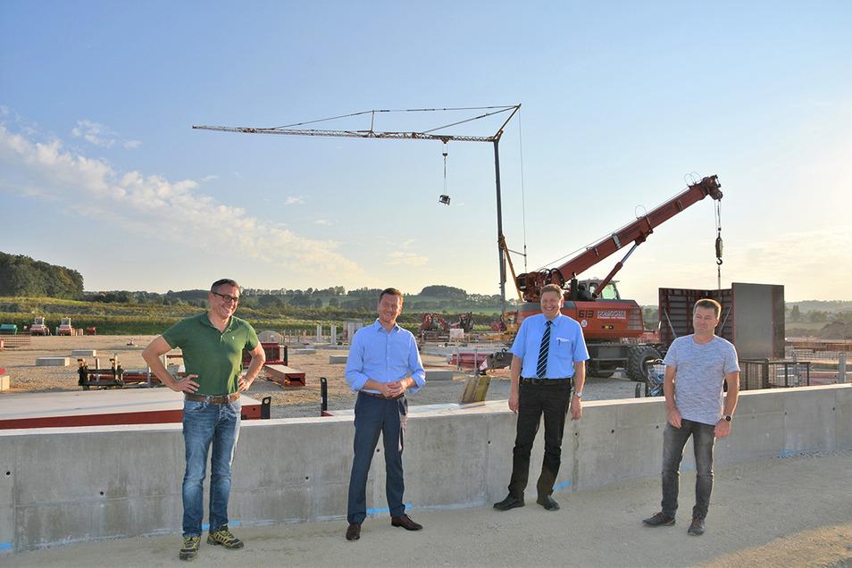Die Agrofarm-Vorstände Matthias Döcke (links) und Bernd Rätze (rechts) zeigten dem Ministerpräsidenten (zweiter von links) und dem Bürgermeister die Kuhstall-Baustelle.