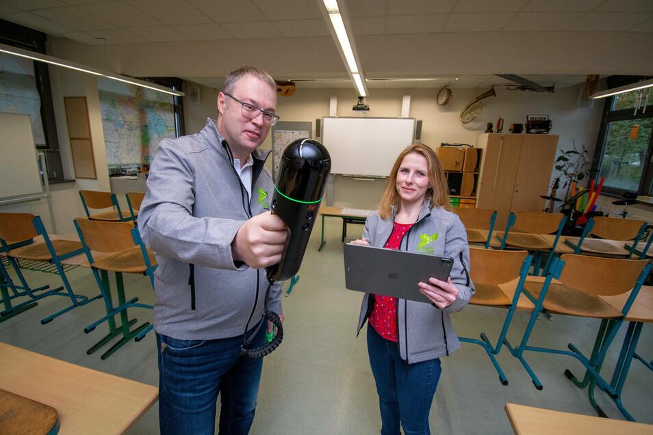 Projektmanagerin Jana Gadow und der Geschäftsführer der Sachsen Digital Consulting GmbH Matthias Hundt mit dem Leica BLK2GO Handheld-Imaging-Laserscanner. Mit diesem können die Unterrichtsräume innerhalb von zwei Minuten vermessen werden.