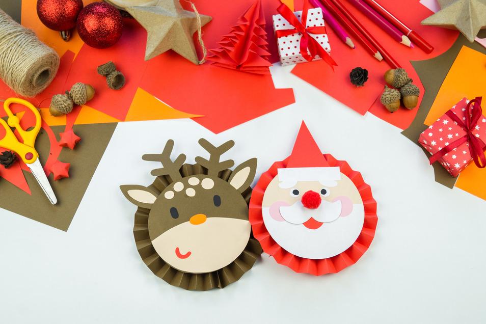 Ein bisschen Tonpapier, ein bisschen Kleber - fertig sind Rentier und Weihnachtsmann.