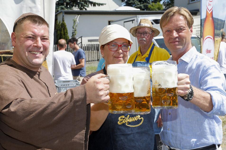 Prost: Mit dem Malzmönch der Eibauer Brauerei und Marktmeister René Linke stößt die Bürgermeisterin als erstes an.