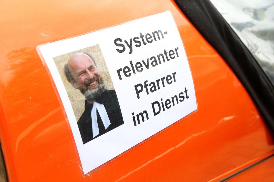 Dieser Zettel klebte bisher auf Pfarrer Odrichs Elektromobil. Jetzt muss er ab.