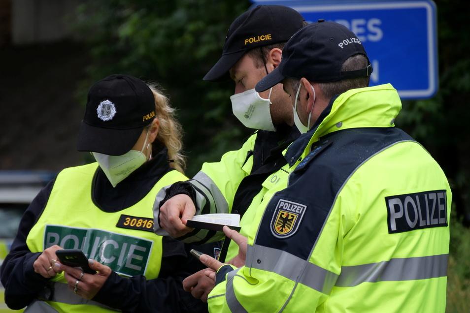 Sieben Stunden im Einsatz: Tschechische Polizisten und deutsche Bundespolizisten haben am Mittwoch nach Schleusern und illegalen Migranten Ausschau gehalten.