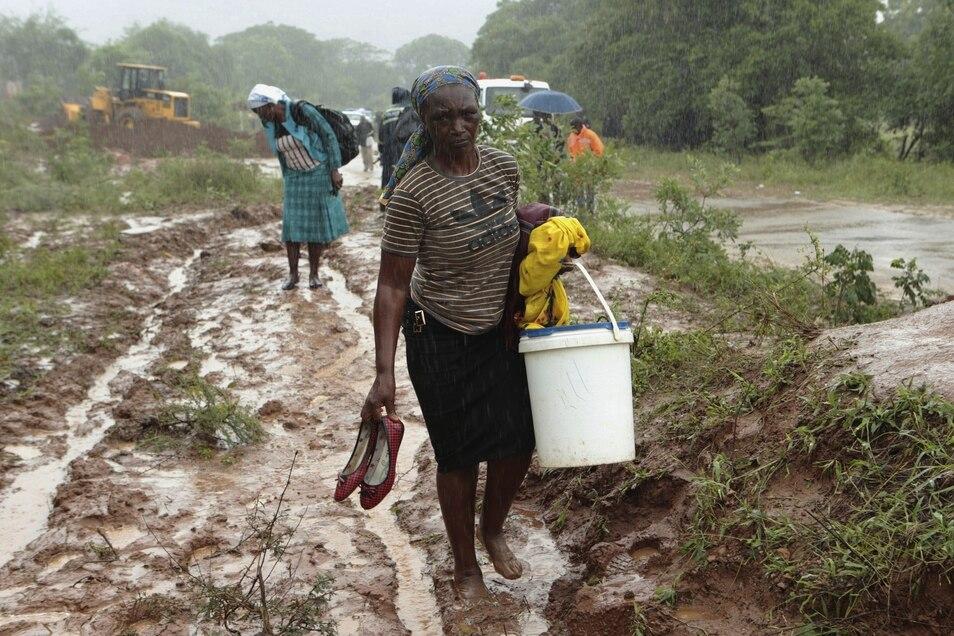 Die Menschen in Simbabwe leiden unter den Folgen der schweren Überschwemmungen, die der Zyklon Idai verursachte. Jetzt droht die Ausbreitung von Cholera.